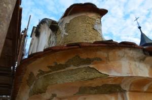 Poškozená omítka pod římsou