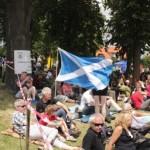 Diváci i s vlajkami