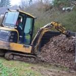 Petr Vostatek přehazuje kompost