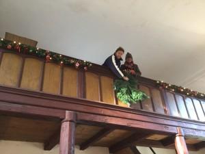 Ivana a Věra připravují ozdoby na kůru